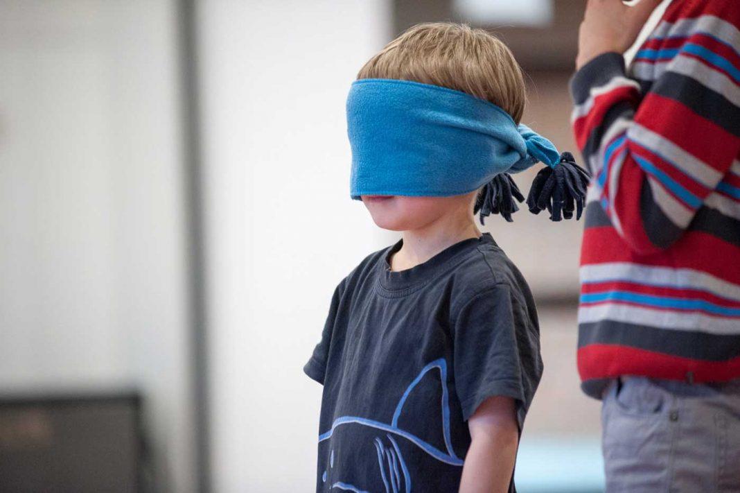 Kind mit Schal vor den Augen