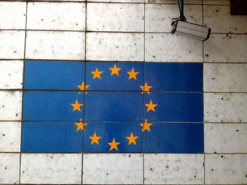 DSGVO: Europa Fahne und Überwachungskamera