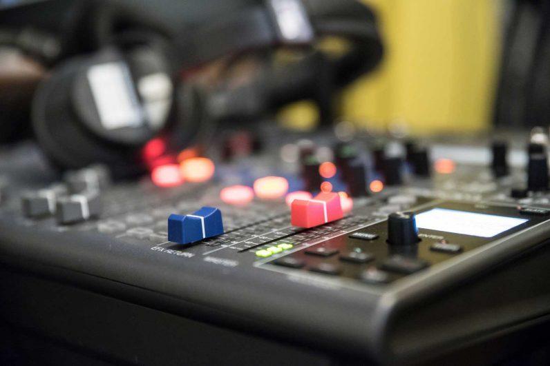 Mischpult zur Podcast-Aufnahme