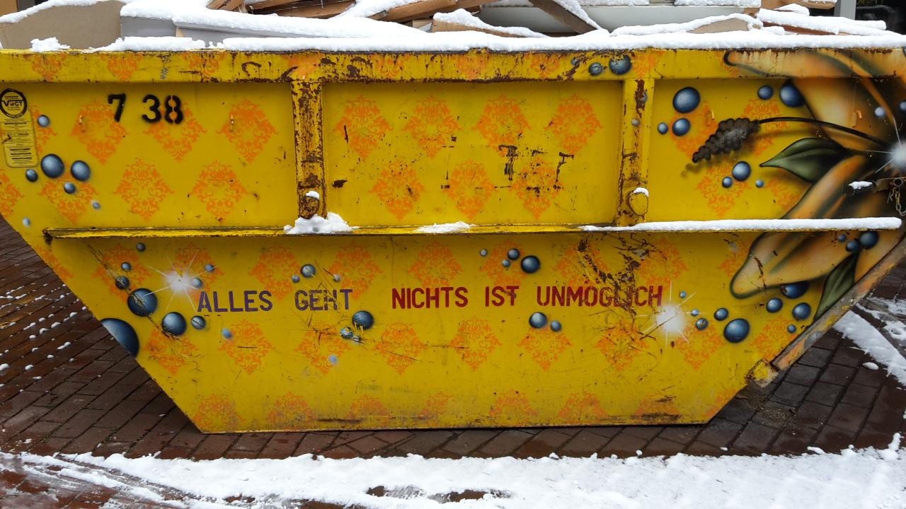 Müllcontainer mit der Aufschrift: Nichts ist unmöglich.